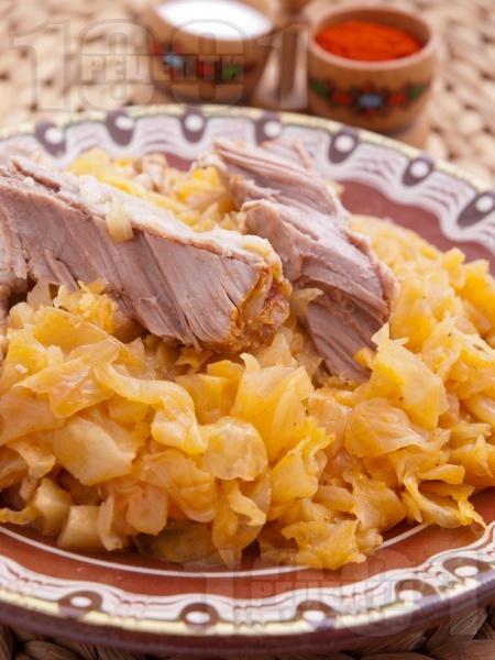 Свинско месо със зеле, лук и моркови - снимка на рецептата
